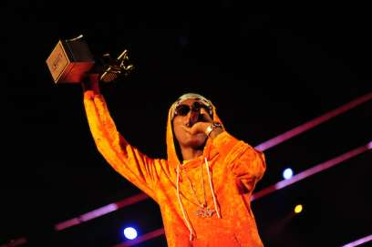 Wizkid is seen holding an award at the 2016 MTV Africa Music Awards. (MTV)